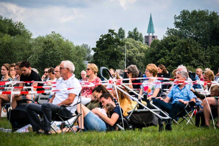 Kerkgangers tijdens een kerkdienst in de openlucht van de Hervormde Gemeente Barneveld.  Beeld ANP