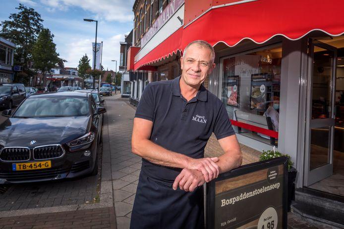 Slager Ton Snoeij hoopt dat betaald parkeren overdag uitblijft.