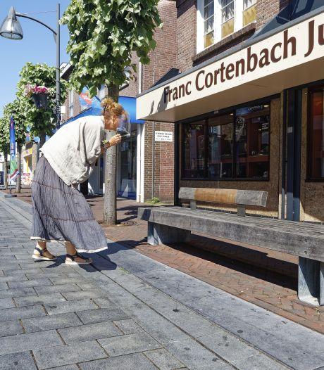 Bankjes in centrum zijn 'aangekleed' met leer en quotes: knipoog naar Waalwijks verleden