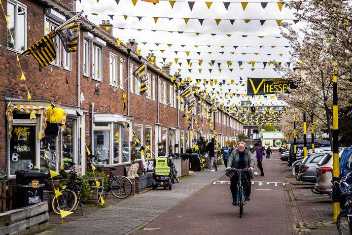 De Veronicastraat in Malburgen warmt zich op voor de bekerfinale van Vitesse tegen Ajax.