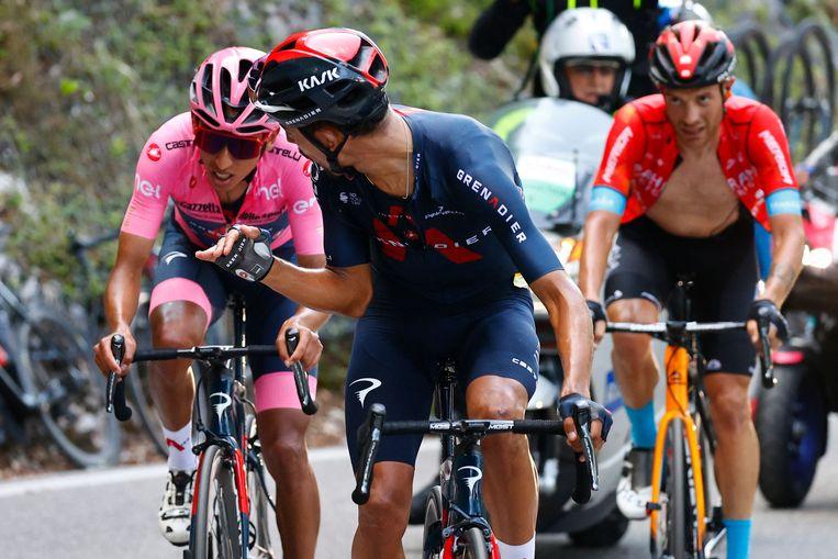 Tijdens de zeventiende etappe loodste Dani Martinez zijn kopman en landgenoot door diens zwakke momenten heen.  Beeld AFP