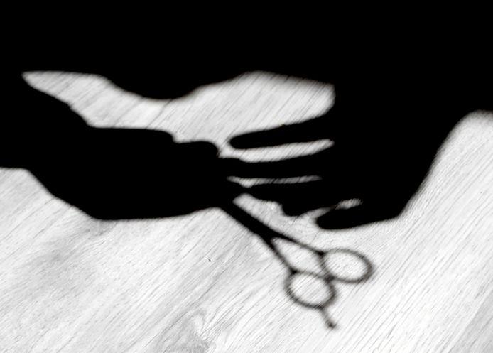 Een 42-jarige moeder is in de Gentse rechtbank veroordeeld tot een werkstraf van 50 uur nadat ze op heterdaad werd betrapt toen ze samen met haar minderjarige dochter sieraden en kledij aan het stelen waren bij ZEB en JBC.