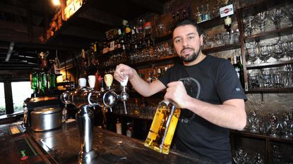Dorstige dieven stelen whisky en gin