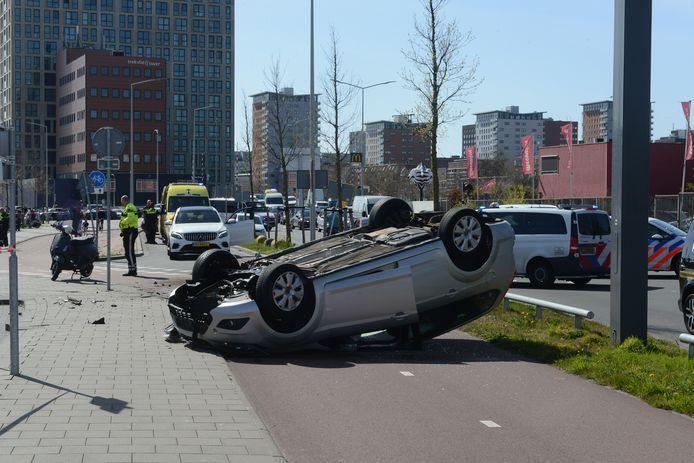 Bij een ongeluk op de Binckhorstlaan in Den Haag belandde een auto op zijn dak.