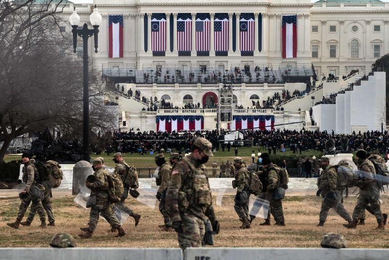 Soldaten nemen positie in nabij het Capitool voor de inauguratie van Joe Biden. Beeld AFP