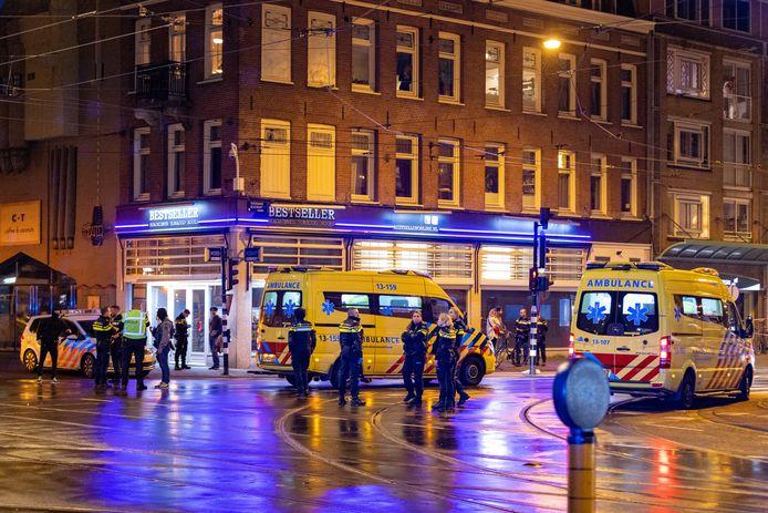 Politie en ambulances bij de Ferdinand Bolstraat.