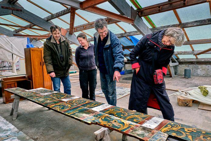 Een bijzondere vondst in een huis aan het Kromhout in Dordrecht: plafondplanken uit de zeventiende eeuw. Links bouwhistoricus Jeroen Nipius, daarnaast eigenaren Joost Noordam en Hadassa Rollfs of Roelofs en Elisabeth van Heiningen, Werkgroep Bouwhistorie.