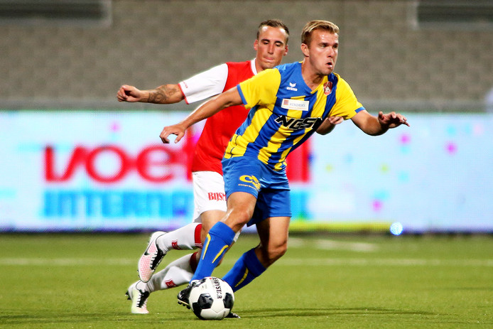 Joep van den Ouweland (FC Oss, voorgrond) weet Riccardo Ippel (MVV Maastricht) in zijn rug.