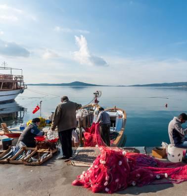 """Winkelende Grieken in Turkije: """"Hier voelen we ons eventjes rijk"""""""