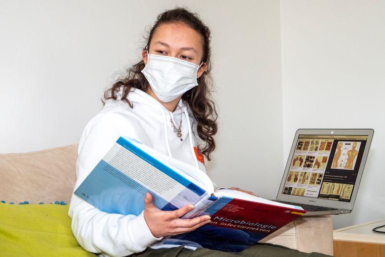 Student geneeskunde studeert vanuit huis. Beeld HH / Mariette Carstens