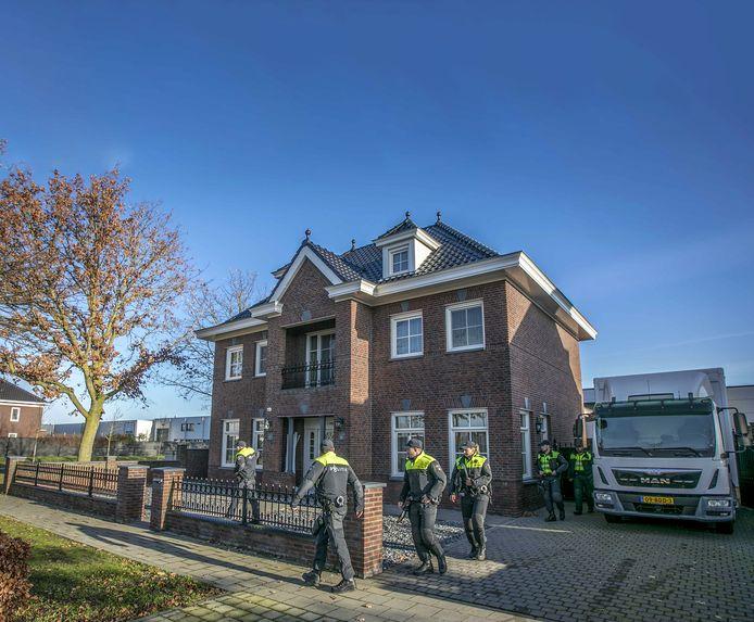 De politie doorzoekt de woning aan de Koolzaadweg in Berghem.