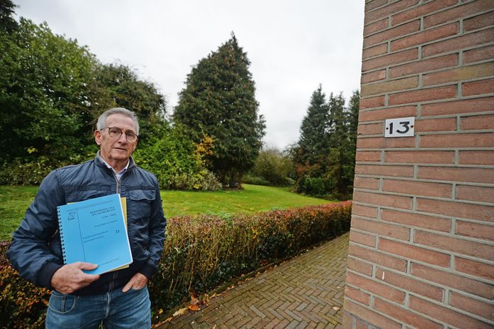 Henk Menkehorst bij het perceel tussen huisnummers 9 en 13, de plek waar ooit de Haaksbergse Menkehorsttak is begonnen.