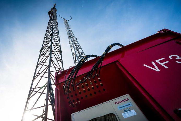 Een noodzendmast wordt opgebouwd in Veldhoven, nadat de vaste zendmast door brand vernield was.