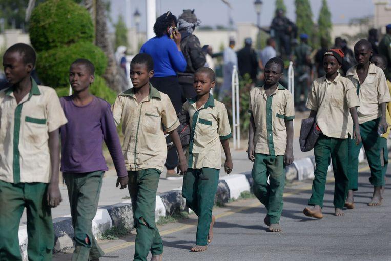 Vrijgelaten schooljongens onderweg naar de ontmoeting met de gouverneur van Katsina in Nigeria.  Beeld AP