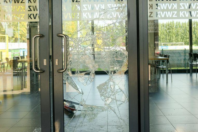 In de kantine van voetbalclub KVW Zaventem sloegen vandalen ook een ruit aan diggelen.
