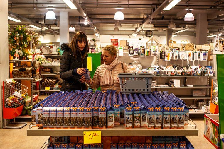 Een van de winkels van Gideon Italiaander op het Bijlmerplein. Beeld Lin Woldendorp