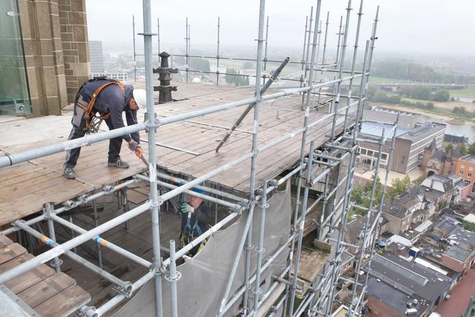 De steiger van de Eusebiuskerk wordt deels afgebroken. De komende maand zakt de constructie veertien verdiepingen.