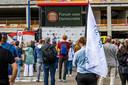 Thierry Baudet staat de circa 300 belangstellenden op het Koningsplein te woord tijdens de FVD-manifestatie.