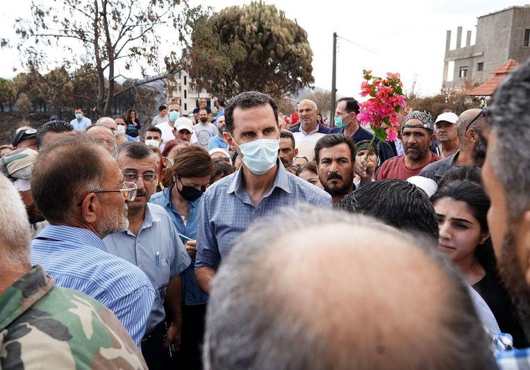 President Assad bezoekt het dorp Mashtal Helo. De Assads zijn al een halve eeuw aan de macht. Beeld AFP