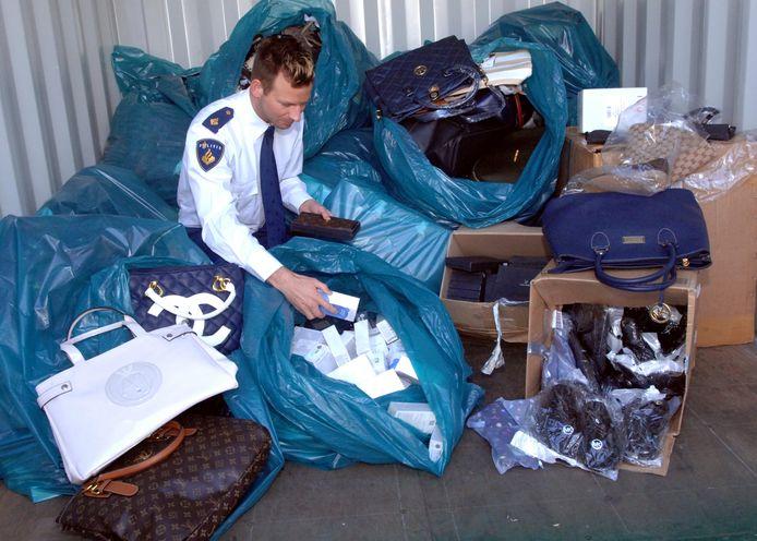 De politie neemt een grote partij namaak merkartikelen in beslag in Den Haag. (archieffoto)