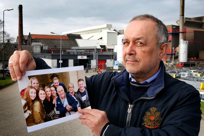 Thijs Looten met een foto van zijn overleden broer met zijn gezin.