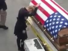 Passagiers zien ontroerend afscheid van vrouw en gevallen soldaat