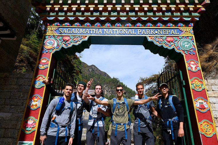Kevin Borlée, Julien Watrin, Robin Van den Bemden, Jonathan Borlée, Dylan Borlée en Jonathan Sacoor aan het begin van hun avontuur richting het Basecamp van de Mount Everest.