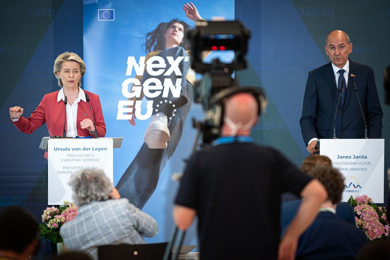 Europees Commissievoorzitter Ursula von der Leyen en de Sloveense premier Janez Jansa: ernstige gezichten. Beeld AFP
