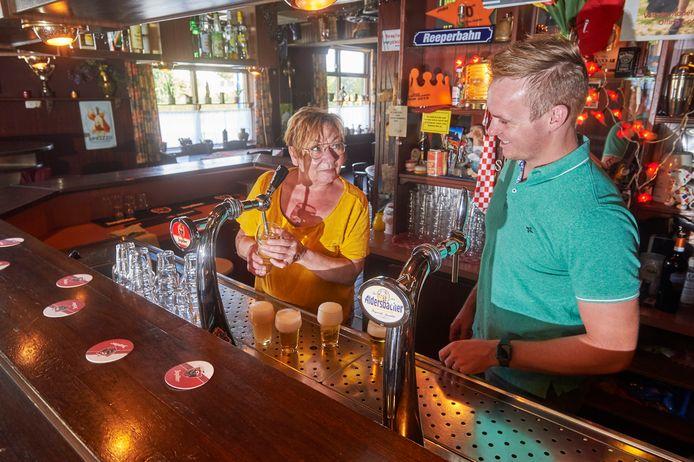Thea Tielemans van cafe Tielemans te Boekel moet worden geopereerd.  Gelukkig zijn er enkele vrijwilligers die de tent draaiende houden.