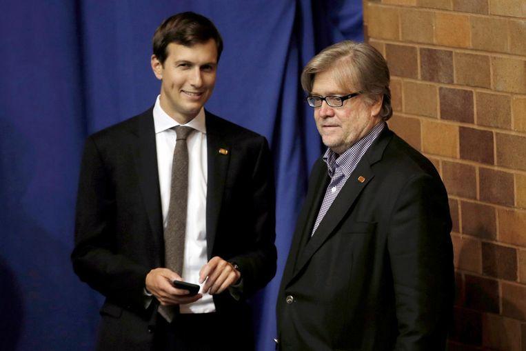 Jared Kushner (L) en Stephen Bannon, hooggeplaatste adviseur en voormalig hoofdredacteur van de extreem-rechtse site Breitbart, tijdens een rally in Ohio in september.  Beeld Reuters