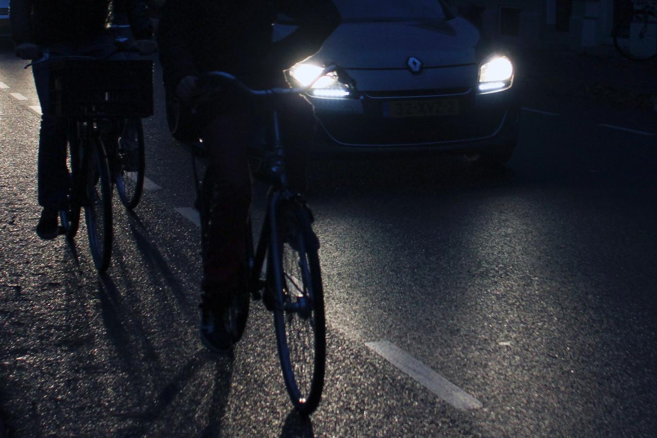 fietsers rijden in het donker zonder verlichting