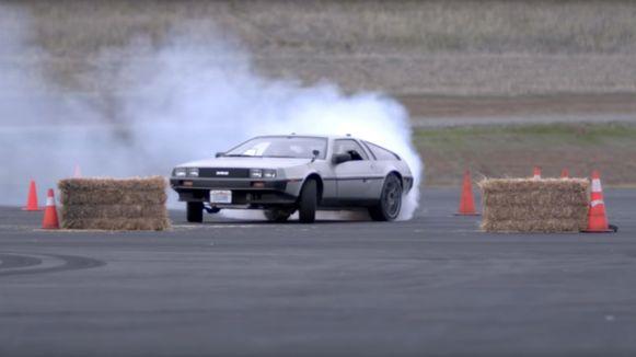 Driftend gaat de DeLorean over het circuit