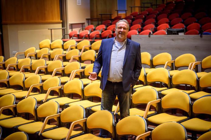 Mario van Leeuwen (voorzitter van het bestuur van sociaal cultureel centrum de Muzenval), in de theaterzaal van de Muzenval in Eersel.