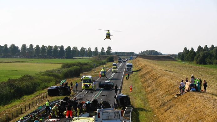 Enorme ravage bij ernstig ongeval met camper op N50 bij Kampen, zondag 9 augustus.