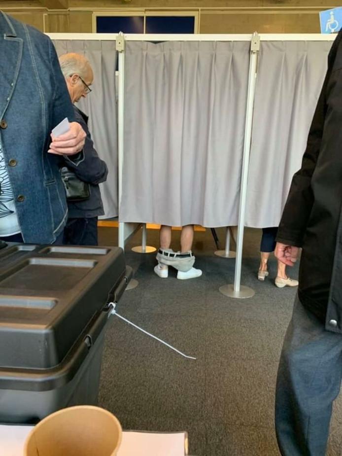 Un homme a baissé son pantalon dans l'isoloir à Anvers, sous le regard pour le moins étonné d'un autre électeur.