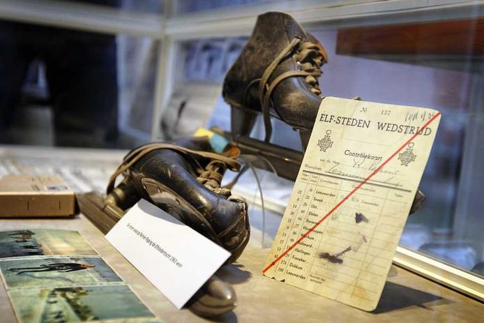 De schaatsen van Paping zijn in een vitrine in de bibliotheek Zwolle te zien. Foto: ANP