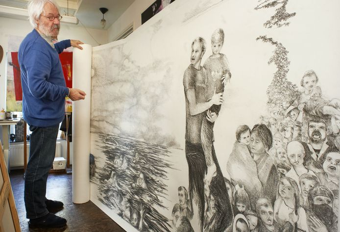 Jansen bij het megakunstwerk over vluchtelingen dat hij de afgelopen maanden heeft gemaakt. Vanaf 20 februari te zien in het Kunstation.