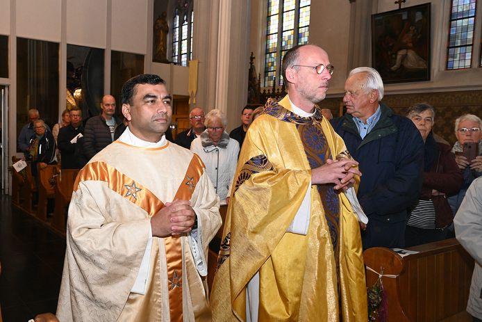 Pastoor James met naast hem de vicaris generaal van het bisdom, Theo Lamers.