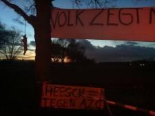 Tegenstanders azc Heesch storten zand bij burgemeester