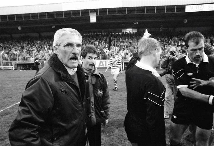 Scheidsrechter Minne Modderman heeft zich de woede van Helmond Sport-trainer Frans Körver (links) op de hals gehaald na de dubieuze 1-1 van De Graafschap.