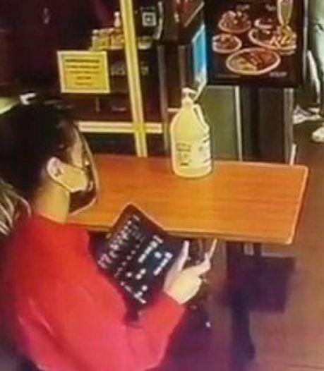 """Cette serveuse refuse un client, avant de réaliser qu'il s'agit d'une star mondiale: """"S'il te plaît, reviens"""""""