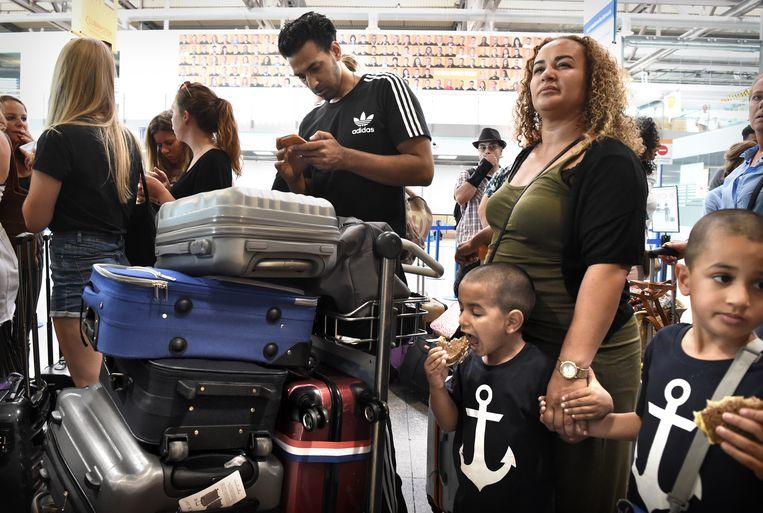 Passagiers op het Duitse vliegveld Weeze krijgen net te horen dat hun vlucht is gecanceld. Beeld null