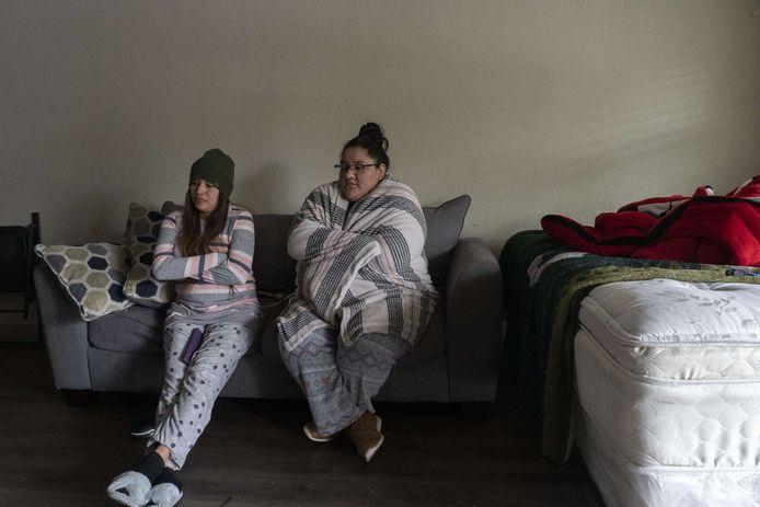 Karla Perez en Esperanza Gonzalez proberen zich warm te houden in hun appartement in Houston, Texas.