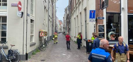 Gaslek tegenover Bierencafé De Heks in hartje Deventer; woningen tijdelijk ontruimd