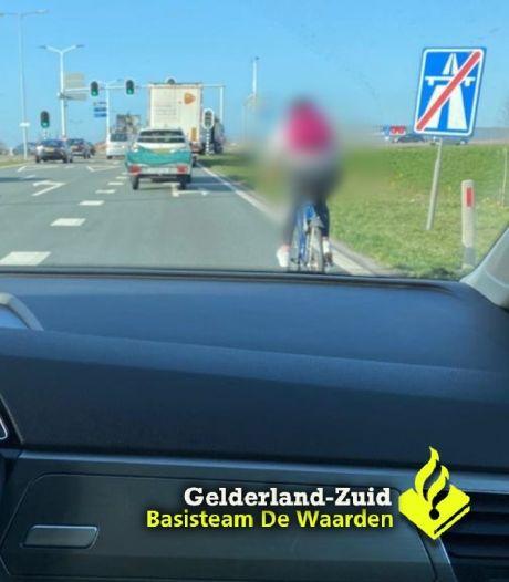 Vrouw blijft maar op de A2 bij Zaltbommel fietsen, politie is het na drie boetes zat
