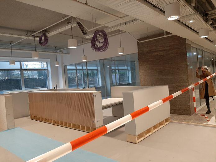Rondleiding voor gemeenteraadsleden in vernieuwde Stadhuis Eindhoven, hier het nieuwe Inwonersplein in wording.