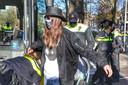 Demonstranten worden aangehouden.