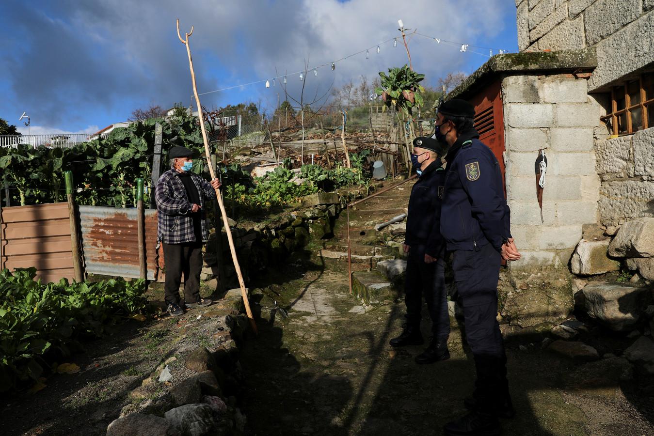 De Portugese gendarmerie bezoekt oudere bewoners die in isolatie leven om hun welzijn in de gaten te houden tijdens de lockdown.