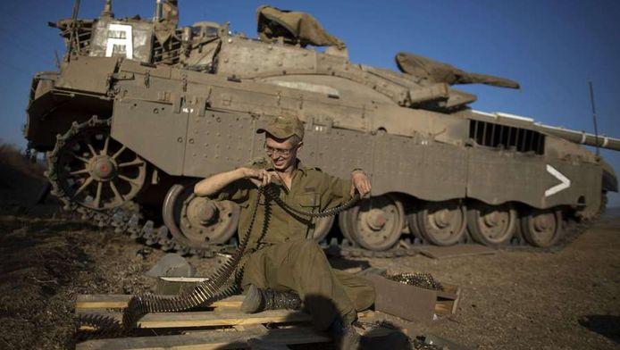 Een Israèlische soldaatkijkt de kogels na langs de grens met Syrie