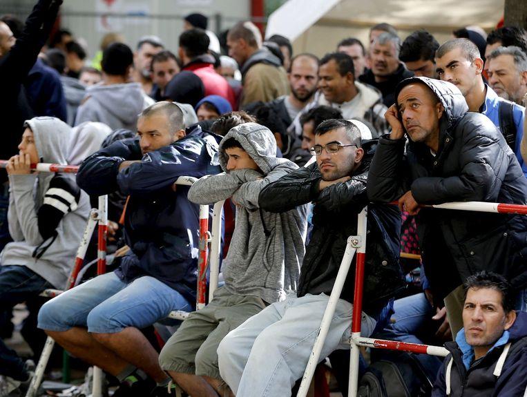 Migranten staan in de rij voor een registratiekantoor in Berlijn. Beeld reuters